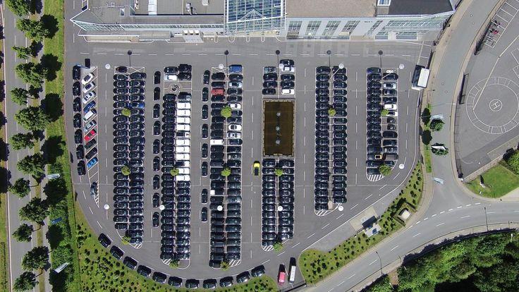 Główna siedziba Brabus w Bottrop widziana z lotu ptaka ☁ ☁  Parking marzeń przed firmą? Spróbujcie znaleźć wolne miejsce pośród samych modyfikowanych Mercedesów!   Przeczytajcie o naszej wizycie w tym niesamowitym miejscu kilka miesięcy temu: http://www.brabus-jrtuning.pl/blog/wizyta-w-siedzibie-brabus/  Brabus JR Tuning http://www.brabus-jrtuning.pl/
