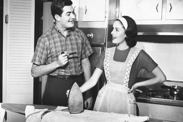 Une fois la guerre terminée, l'image de la reine du foyer a été créée par les grandes agences de pub nord-américaines pour ramener les femmes à la maison. Ce fut le début de la société de consommation.