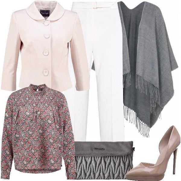 Outfit pensato per una donna romantica, composto dal pantalone bianco morbido, la camicetta a fiori, la giacca nude con colletto Peter Pan e i bottoni grandi, un pò retrò, la mantella grigia, come la pochette. Completano le décolleté rosa.