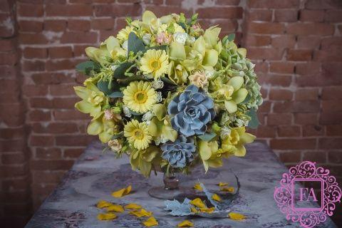 Букет из живых цветов Ламбре купить с доставкой в Москве, весенний букет цветов, букет из гербер, эхеверии, цимбидиума