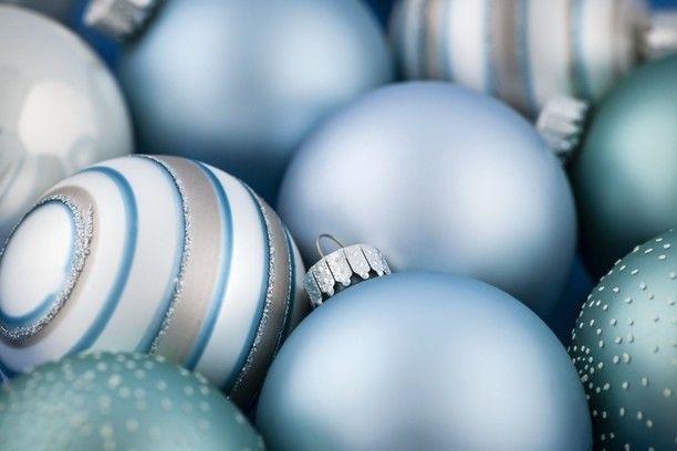 Матовые и блестящие шарики в одной цветовой гамме (например, темно-синие и светло-синие). Белые, синие и голубые шарики. Красные с золотыми. Синие с серебряными. Ярко-красные, бледно-розовые, бордовые. Белые с ярко-оранжевыми или желтыми. Зеленые, красные и золотые. Фуксия и бирюза. Бордовые и приглушенно-красные.