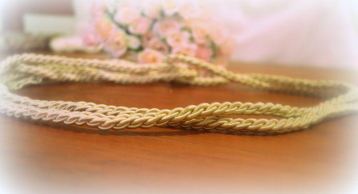 Cinto trenzado con cordón de seda.