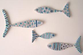 Un'idea facile da realizzare, per decorare le pareti o anche per gli spazi all'aperto della casa al mare o in campagna: pesci decorativi, realizzati con lo spago, perfetti anche per la cameretta dei bambini.