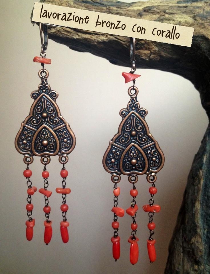 orecchini lavorazione bronzo e corallo