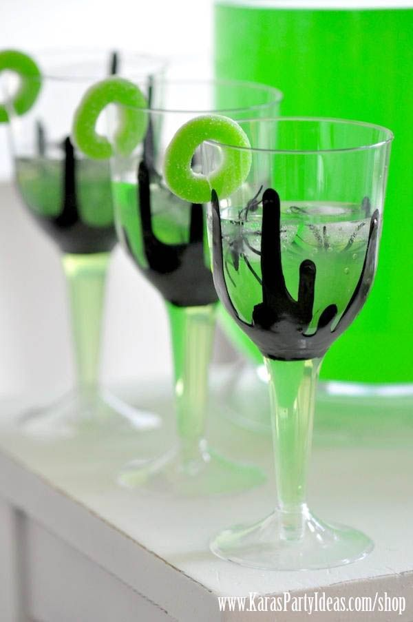 Make these with clear plastic champagne glasses & craft paint! Love the spider ice cubes, too! Easy tutorial via Kara's Party Ideas - www.KarasPartyIdeas.com