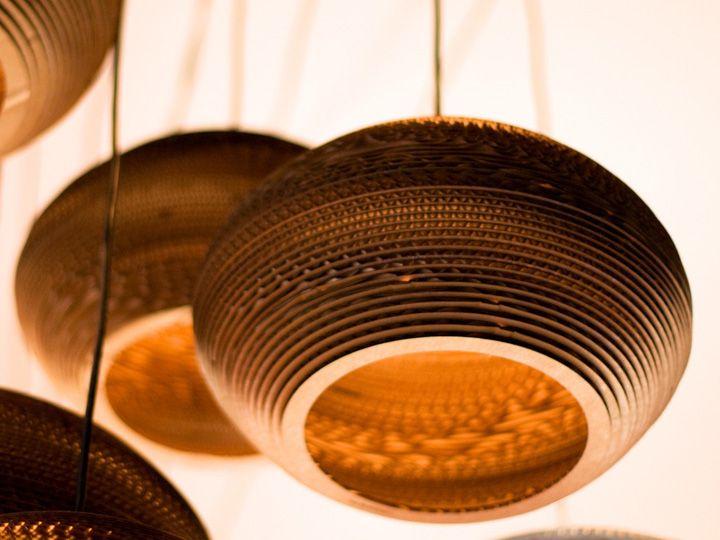 Lampen van hergebruikt karton. Prachtige vormen en fascinerende structuren. Het licht wordt verstrooid door de ribbels tussen de lagen karton.