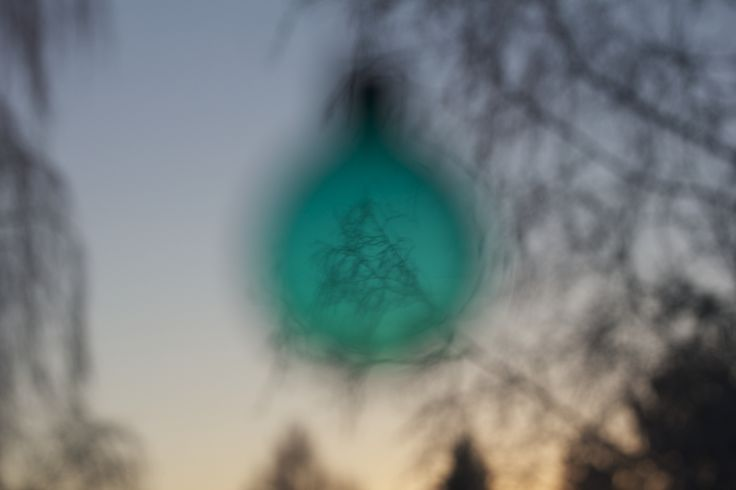 Joulupallo ikkunalla
