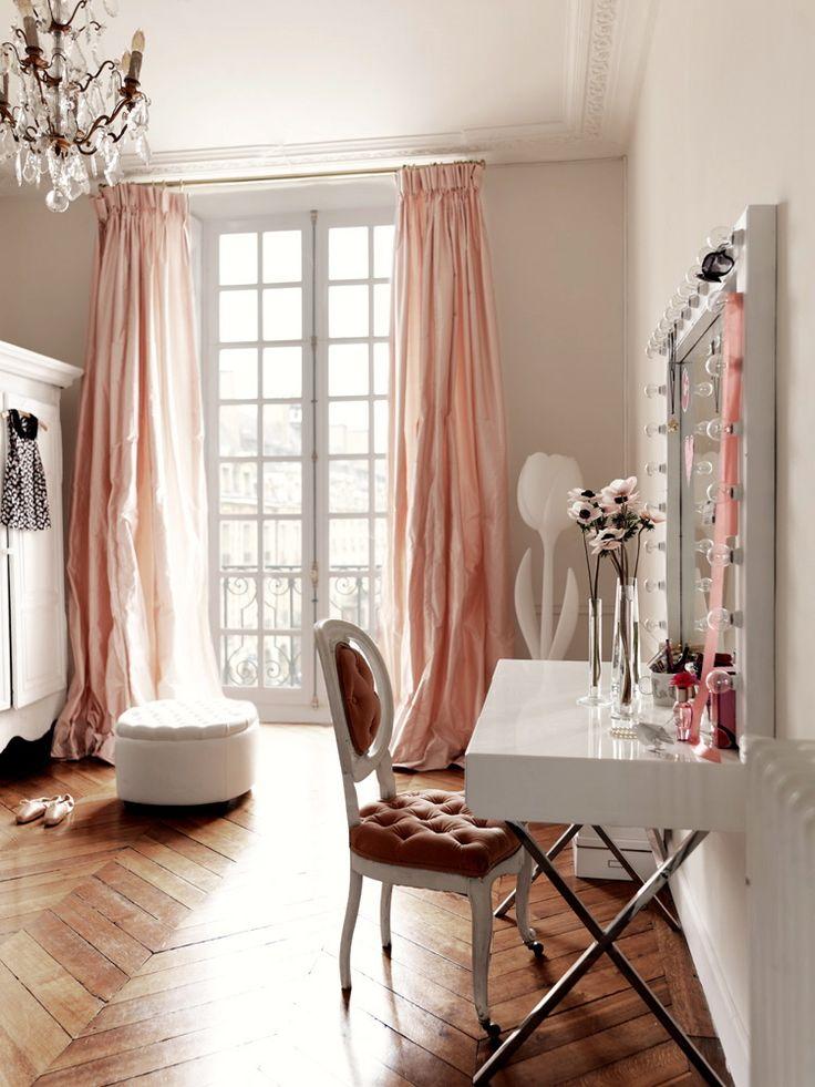 Гримерное зеркало с лампочками: 75 элегантных идей для гардеробной, спальни и ванной http://happymodern.ru/grimernoe-zerkalo-s-lampochkami/ Красивое зеркало в белой оправе с туалетным столиком и подсветкой в детской комнате Смотри больше http://happymodern.ru/grimernoe-zerkalo-s-lampochkami/