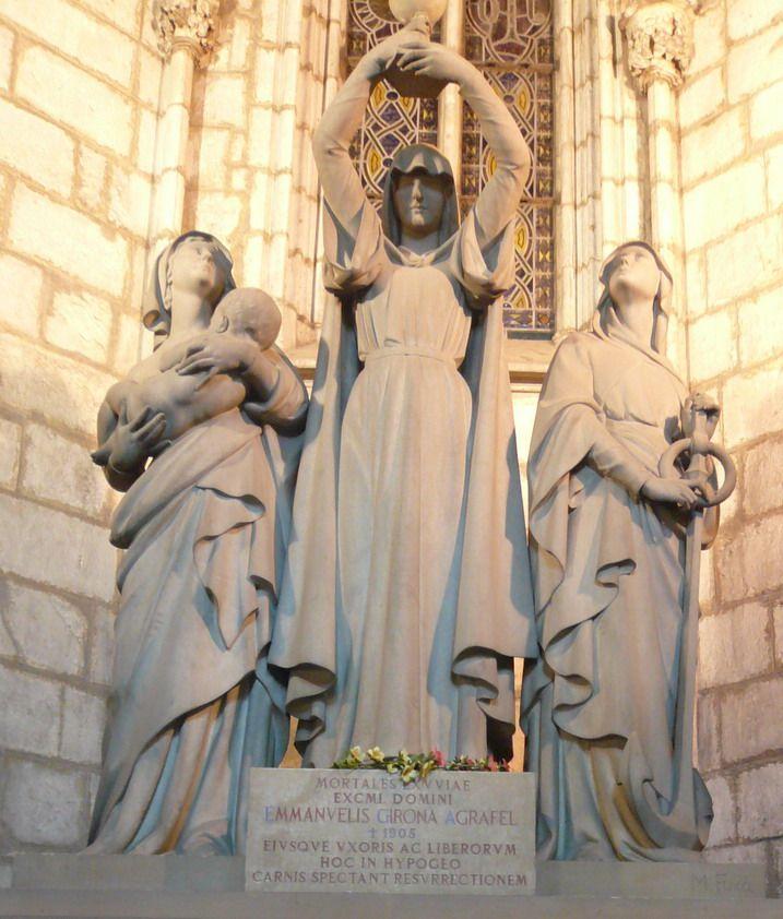 Grupo escultório de Manel Fuxa representando as virtudes teologais (fé, esperança e amor) para o túmulo de Manuel Girona no claustro da Catedral de Santa Eulália de Barcelona, em Barcelona, na província de mesmo nome, Comunidade Autônoma da Catalunha, Espanha.  Fotografia: Pere López.