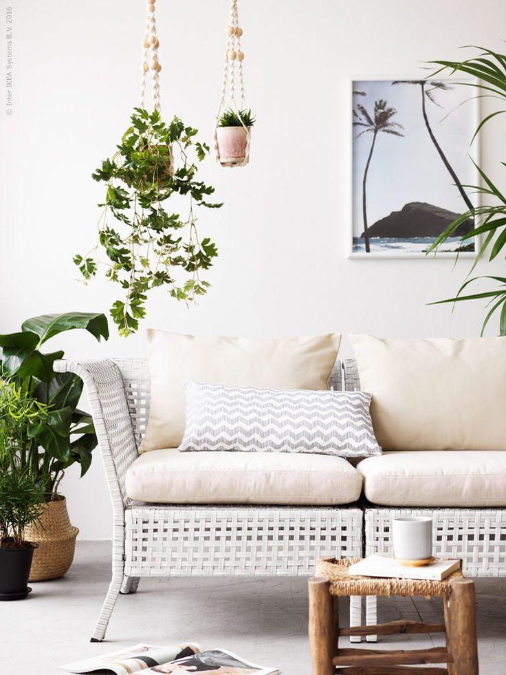 Oavsett om man väljer att möblera inne eller på en uteplats så är det fint att rama in soffan med grönska från alla håll! KUNGSHOLMEN/HÅLLÖ 3-sits soffa med dynor, ANVÄNDBAR ampel för kruka,  INGEFÄRA kruka i terrakotta, FLÅDIS korg i sjögräs.