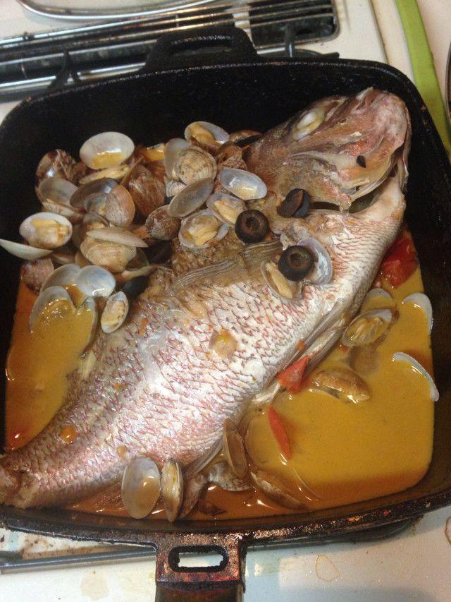acqua pazza アクアパッツァ   イタリア カンパニア州のお料理。切り身でもOKですが、骨からの旨味を味わいたいなら一尾でどうぞ。材料 (4人分)鯛 1尾 あさり 1パック オリーブオイル 大さじ2 オリーブ(あれば) 4個 プチトマト 12個 (なければトマト)200g  白ワイン200cc 水 300cc アンチョビペースト 3cm 作り方1 アサリは塩抜きして洗う。2 お魚に塩を振る。15分くらいしたら水気を取る。もしくは買ってきた当日に塩を振る。3 鍋を熱しオリーブオイルを加えお魚を左向きを上にして両面弱火〜中火焼く。…鯛がデカくて鍋からはみ出てます。4 魚の端っこでニンニクのみじん切りを炒める。アンチョビペーストも炒める。5 白ワイン、ローリエ、あさり、トマトを加える。あさりが口を開いたら、水加え一煮立ち。煮汁をかけ弱〜中火で15分くらい煮る。6 塩味チェックしてオリーブオイルかけていただく。コツ・ポイント 生のタイムがあれば見た目も良いのですが、なければOKです。ドライタイムでもあれば仕上げにふる。魚1尾もアサリも重さは様々。火加減や水の量、アンチョ …