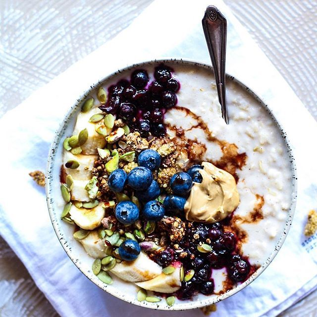 Just a huge ole bowl of oatmeal topped with granola and some warmed blackcurrants. I added some coconut butter to my oats, have you guys tried it? Sooo good, you could finish it straight outta the jar 😍 love to you all 💋 #oatmeal #porridge #breakfast #thatsdarling #food #foodpics #nutrition #vegan #vegansofig #vegetarian #cleaneats #foodblogger #recipe #beautifulfood #lovefood #healthychoices #plantbased #carbs #weganizm #thefitfabfoodie