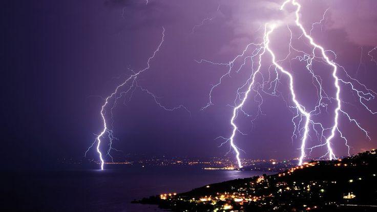 En juillet 2009, un spectaculaire orage sec se déclenche sur la ville de Lausanne au bord du lac Léman en Suisse. En quelques secondes, plusieurs impacts de foudre ont touché la surface du lac et les environs.
