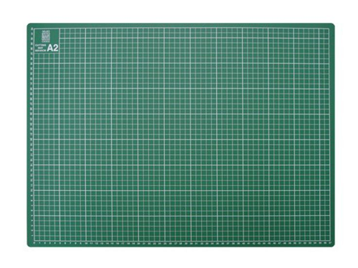 Groene snijmat.  Zware kwaliteit met maatindeling.  Deze snijmat is zelfherstellend, je ziet niet als je gesneden hebt.   Het is niet verstandig met schuine mesjes erin te snijden: dan krijg je juist hapjes uit je mat.   Maat van de mat is 45x60cm.   Ook handig als standaard werkmat voor andere hobby's.