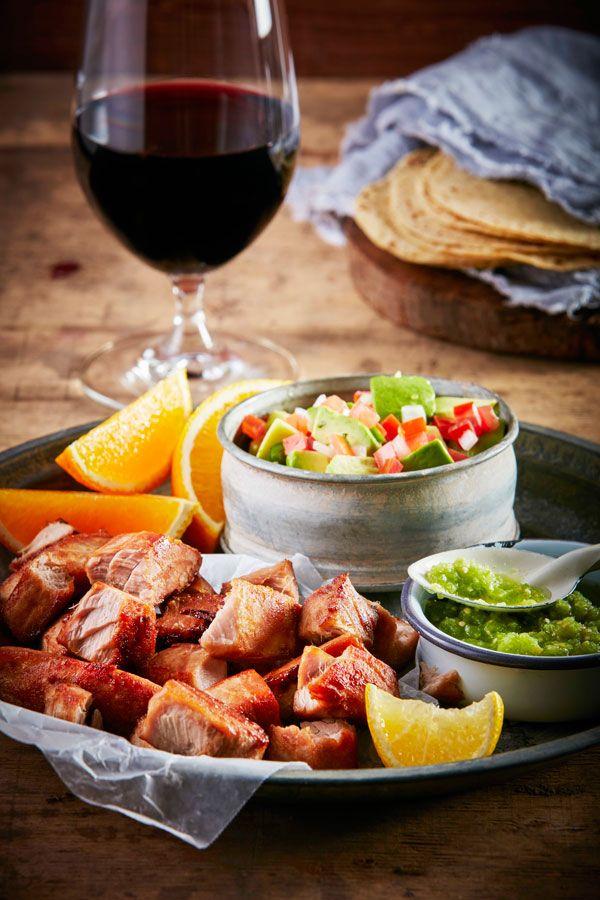 A pesar de ser un pescado, el atún es considerado carne roja y en este caso optamos por armonizarlo con un vino joven de muy poco tiempo en barrica, que presenta mucha frescura en boca con un tanino amable que ayuda a la frescura del platillo y esas notas de cilantro; encontramos que las notas …
