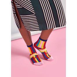 Lägg till färg och geometrisk komplexitet till din outfit med våra ankelstrumpor Mira. Dessa sköna strumpor är inspirerade av optisk konst i starka färger med horisontella ränder i marinblått, turkos, rött, gult och ljust rosa. Block av marinblått, rött och rosa på resåren, hälen och tån ger strumpan en enhetlig look. Strumporna är gjorda av merceriserad bomull som får färgerna att framträda extra mycket och ger ytan en vacker glans. De finns i en storlek som passar för kvinnor.