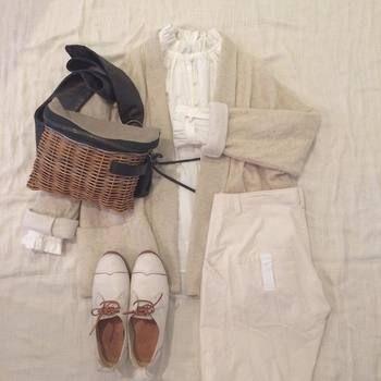 秋冬のホワイトコーデもやっぱり可愛い。白はかごバッグと好相性。ナチュラルカラーのカーディガンを羽織って変化を付けると◎。