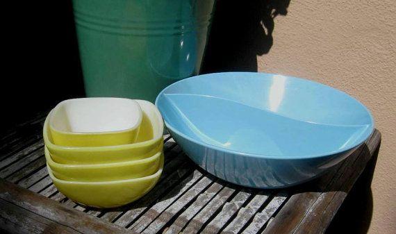 Satz von 4 Vintage gelb Pyrex Schalen oder blau geteilte Melmac-Bowl - kleine gelbe Pyrex servieren oder Storage-Gerichte - gelb atomare Schalen