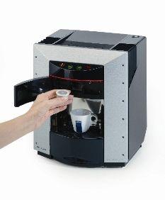 https://www.anforadearomas.pt/lavazza-espresso-point/tipos-de-produtos/maquina-de-cafe/maquina-de-cafe-lavazza-ep-2100?PID=35 - A Máquina de Café Lavazza EP 2100 é compacta, versátil e muito fácil de usar. Se considera comprar uma máquina de café para ter na sua cozinha ou local de trabalho, experimente este equipamento que facilmente se adapta a qualquer ambiente. O sistema de cápsulas Lavazza Espresso Point e o design de Pininfarina criam um utensílio elegante e muito prático.