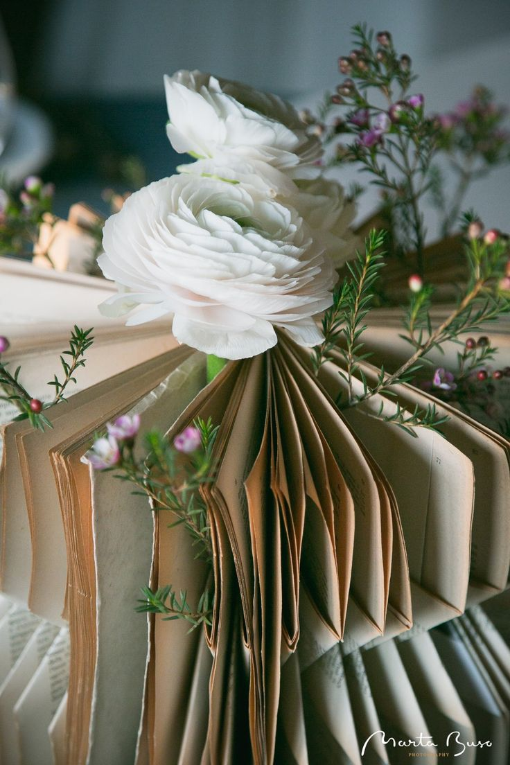 Libri, fiori e #misenplace che raccontano una storia http://www.cadelach.it/wedding.php #invitoanozze #wedding #matrimoni #sposi #location #revinelago #treviso #veneto #italy