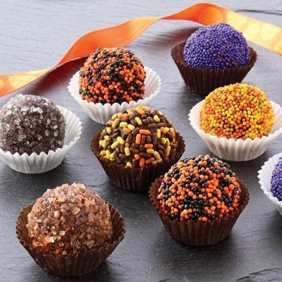 Deliciosas y tenebrosas trufas de chocolate para halloween, espolvoréalas con los colores que más te gusten, de preferencia morado, naranja y amarillo.