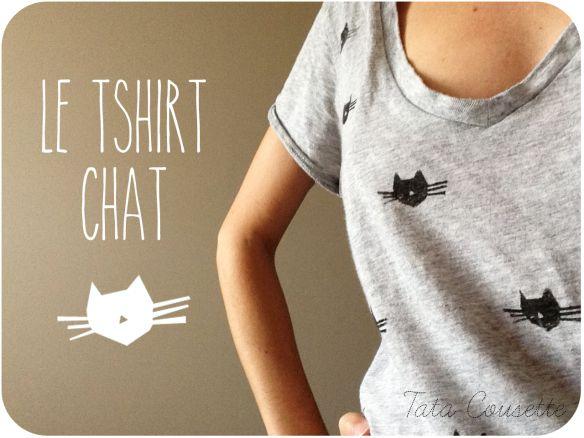 Décorer un t-shirt avec un tampon fait soi-même et de la peinture pour textile. DIY.