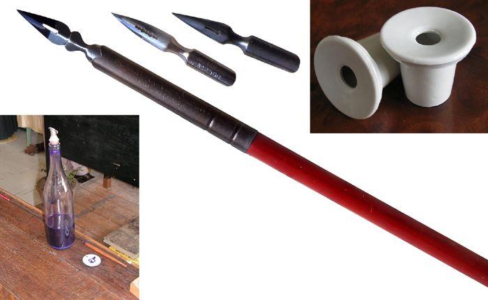L'équipement d'écriture : plume, porte plume, encrier et la bouteille d'encre