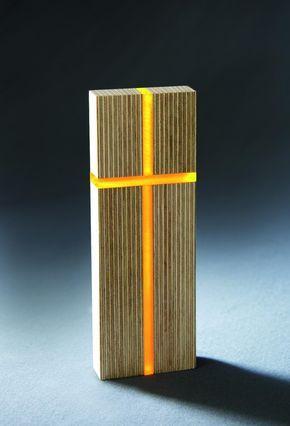 Das hochwertige 'Licht-Kreuz' von Martin Burchard symbolisiert mit hellen und dunklen Schichten im Holz unser Leben mit seinen Gegensätzen. Wenn Sie es an einen hellen Ort oder vor eine Lichtquelle stellen, wird Ihnen das Kreuz in einem milden Orangeton entgegenleuchten. Damit steht es für die Kraft der Vewandlung, mit der wir aus Lebensdunkelheiten herauswachsen können. Das Licht-Kreuz will Ihnen freudvolle Lichtblicke im Alltag schenken.