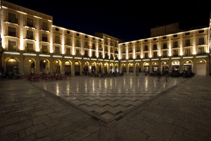 La Plaça de Dins es una Plaza Mayor que conserva los arcos clasicistas del claustro del Convento de San Agustín, edificado en el siglo XIV. #Alcoy #Alcoi #Lugaresdeinterés