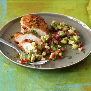 Hähnchen mit Avocado-Salsa ⎜ 423 kcal, 44 g Eiweiß, 22 g Fett, 11 g KH