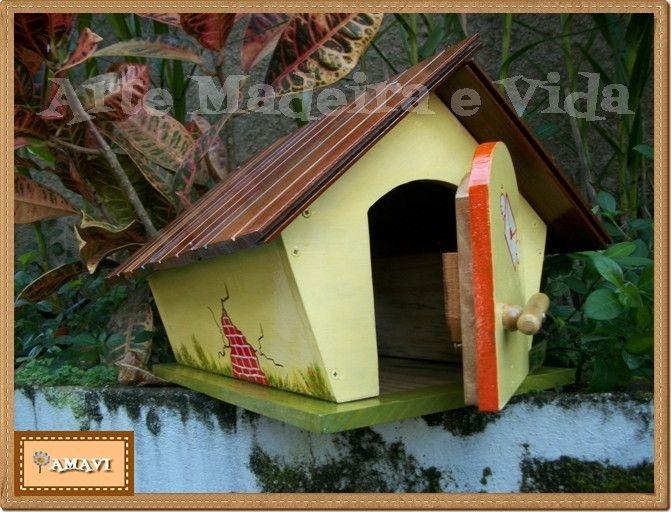 Caixa de correio em madeira (não é mdf), com pintura artesanal.  Tratada com 3 demãos de verniz com filtro solar para resitir ao sol e a chuva. Enviamos o suporte para fixação na haste.  Deve ser colocada sobre uma haste de madeira, que não esta incluída, para fincar no chão.  Observação: A haste...