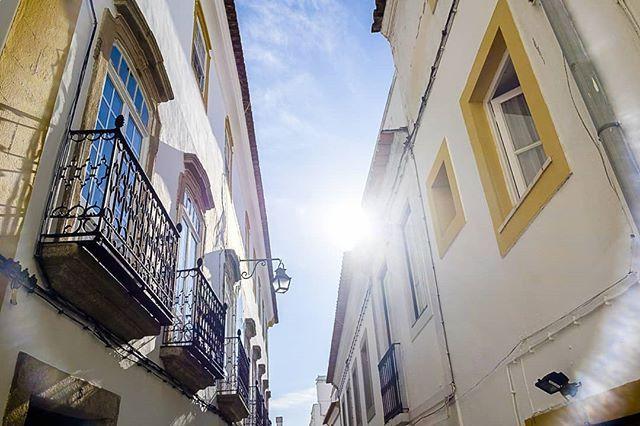 PT: Quando o sol diz OLÁ numa rua do centro histórico de Évora. Dão por vocês a olhar para o céu? . EN: When the sun says HI on a street in #Evora historic centre . Do you find yourselves looking at the sky? . #Alentejo