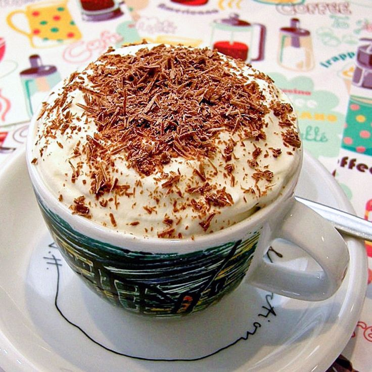 Cappuccino ice cream. Verras je gasten eens met een kopje cappuccino-ijs! Het ijs maak je makkelijk zelf als je een ijsmachine hebt. Geef er (kant-en-klare) amaretti bij en je traktatie is compleet!