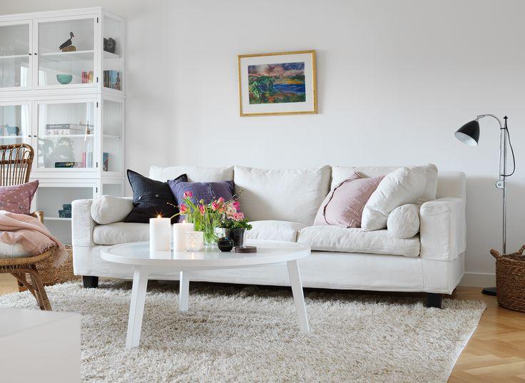 VARDAGSRUM - Soffa med härliga kuddar, skräddarsytt soffbord med ljuvliga blomster och levande ljus, fint vitrinskåp med personliga små ting!