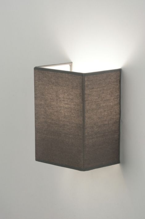Artikel 71816.Mooie, eenvoudige wandlamp uitgevoerd met een grijze, rechthoekige kap, die volledig tegen de muur wordt geplaatst. Hierdoor komt de lichtbundel vrij aan de boven - en onderzijde waardoor er een mooie tekening op de muur ontstaat.Doorzichtig snoer met schakelaar is meegeleverd. Geschikt voor: 1x max. 40 watt E14 gloeilamp of energie-zuinig (excl.) http://www.rietveldlicht.nl/artikel/wandlamp-71816-modern-glas-wit_opaalglas-metaal-staal_-_rvs-stof-grijs-rechthoekig