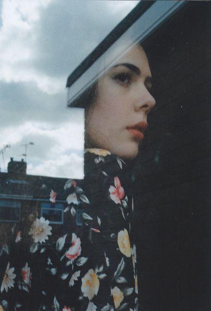 """""""A quella quasi da immaginare / tanto di fretta l'hai vista passare / dal balcone a un segreto più in là / e ti piace ricordarne il sorriso / che non ti ha fatto e che tu le hai deciso / in un vuoto di felicità."""" Fabrizio de André, Le passanti"""
