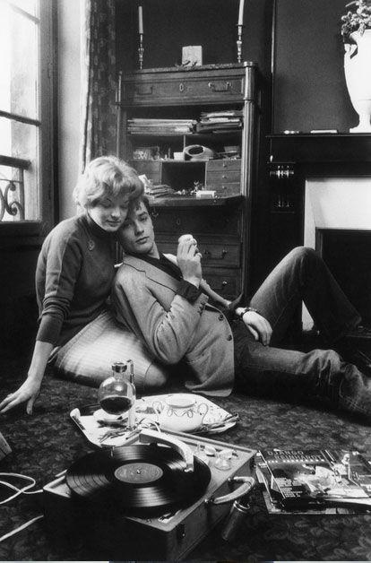 ROMY SCHNEIDER ET ALAIN DELON CHEZ EUX A PARIS, 1959 Entre un concerto de Mozart et un solo de guitare de Django Reinhardt, Romy Schneider (20 ans) et Alain Delon (23 ans) viennent, à la fois intimidés et ravis, d'annoncer leurs fiançailles officielles. Photo: Georges Menager