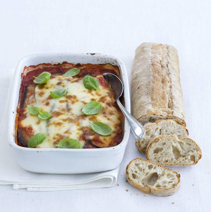Dit recept is voor: 4 personen Aantal kcal: ca. 465 p.p. 25 min. voorbereidingstijd + 20 min. oventijd  Zo maak je het!  Snijd de aubergines in de lengte in dunne plakken. Verhit steeds in een koekenpan 1 el olijfolie en bak 3-4 plakken aubergine in 2 min. per kant bruin.   Leg ze op een bord en bak met de rest van de olijfolie de rest van de aubergine.  Verwarm de oven voor tot 200ºC. Schenk een laagje tomatensaus in een ovenschaal.  Leg er 2-3 plakken aubergine op. Herhaal met de rest van…