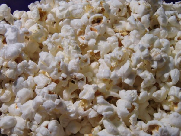 I love making my own popcorn. I started making it when we got rid of our microwave.Today, my daughterwanted me to try making Smartfood popcorn to go with their movie this afternoon. I thought I'd give it a shot. It was simple and came out really well, with no chemicals!