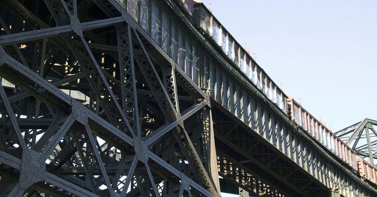 Cómo hacer la maqueta de un puente de vigas. Los puentes de vigas unen espacios usando una estructura horizontal que resiste la compresión y la tensión. Los puentes más modernos son puentes viga. Por lo general son construidos con vigas de hormigón o acero. Las armaduras, que son estructuras compuestas de varios cables geométricamente alineados, también se utilizan para crear puentes de ...