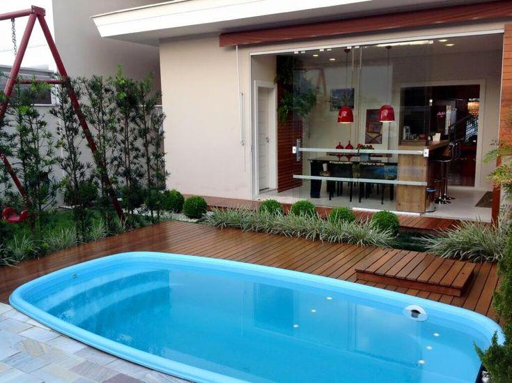 área da churrasqueira, jardim, deck e piscina, em uma pequena área