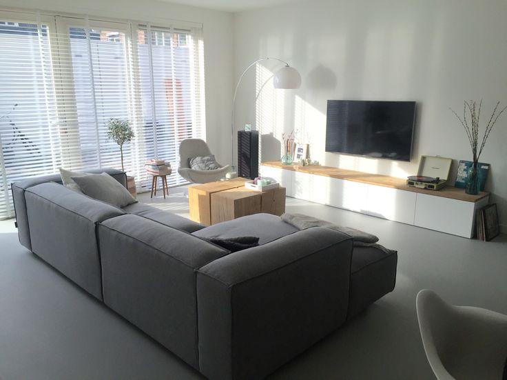 Onze woonkamer  Gietvloer van Van Hollandse Bodem  Bank van FEST Amsterdam  Ikea Besta tv kast