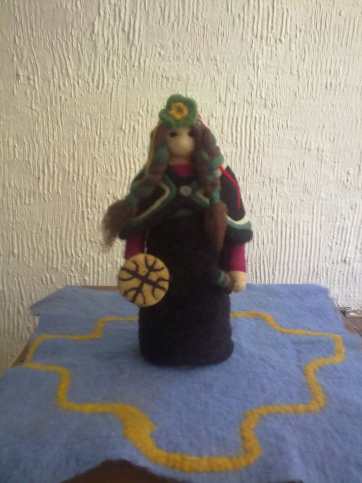 needle-felt medicine woman inspired in Mapuche culture by mialma.cl