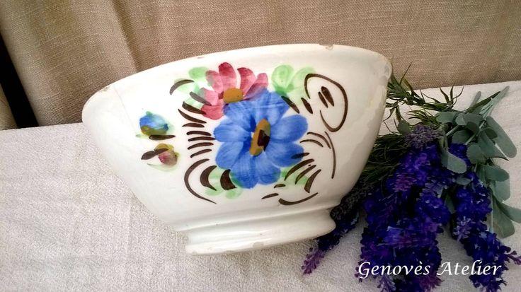 Una sencilla fuente antigua que puede servir como frutero y aportara a tu casa un poco de historia Fuente antigua, de loza pintada a mano con motivos florales en azul y rosa y también con relieves...