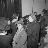 Vrouwen in winterkleding (echtgenotes van marine-personeel?)