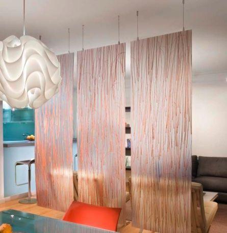 hängende raumteiler aus glas für dezente und transparente raumtrennung_wohnidee kleiner wohn esszimmer