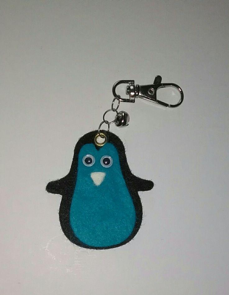 pinguino portachiavi realizzato in feltro,con campanellino.Per info contattatemi via email:rdlmcl@ hotmail.it