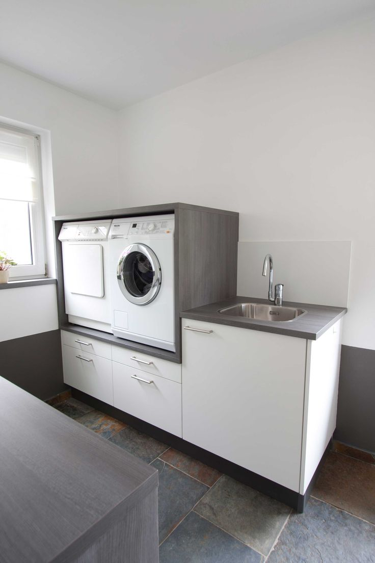 Handig: wasmachine en droger op hoogte met daaronder lades voor de was.