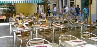 Al Faro pizzaria in Canneregio Nice setting (outside). Close (but not quite) to New Haven style pizza.