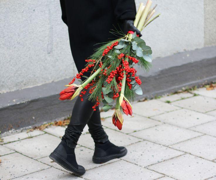Den ståtliga och trendiga julbuketten Julefrid innehåller röd amaryllis, ileks, eucalyptus och mjuktall
